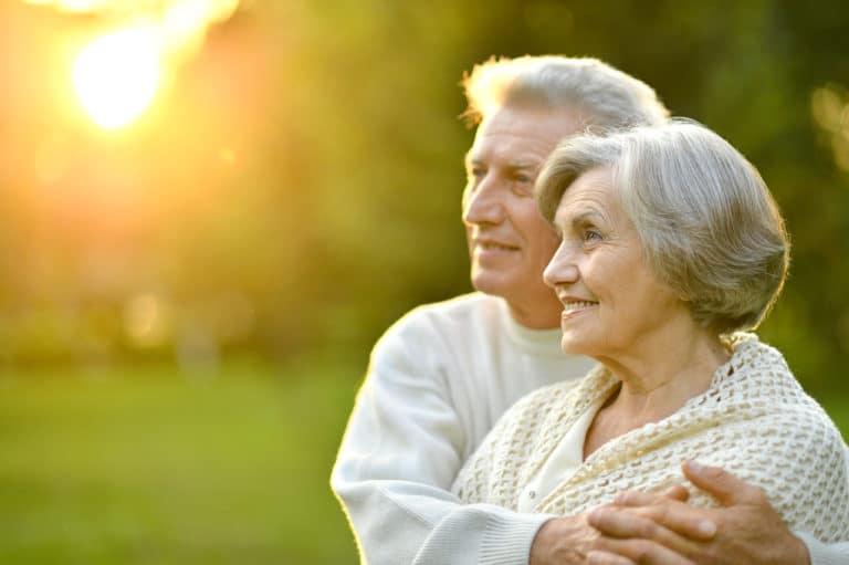 Ein älteres Ehepaar als Symbolbild für Demenz im mittleren Stadium