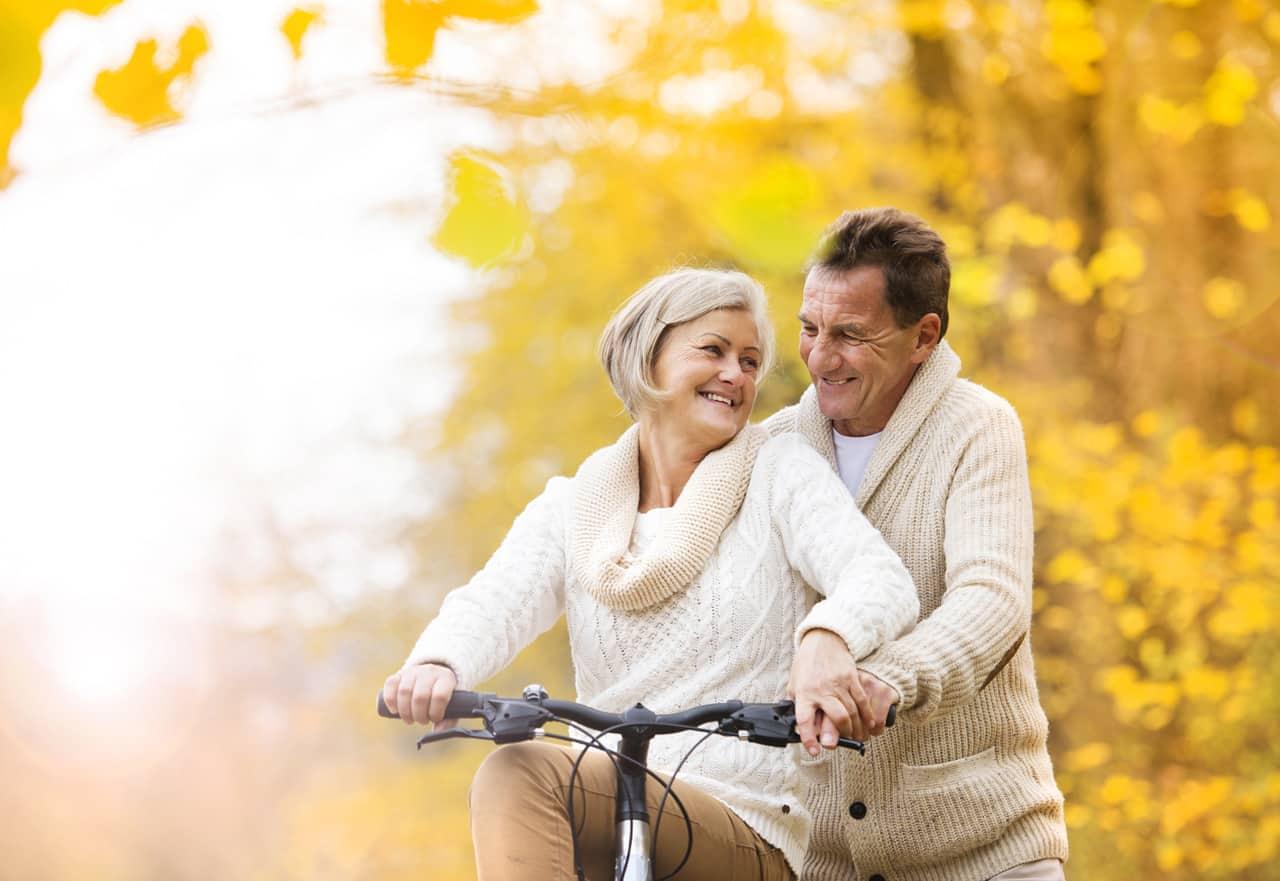 Ein älteres glückliches Paar beim Radfahren
