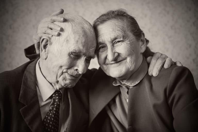 Ein älteres Ehepaar, man sieht, dass sie sich lieben