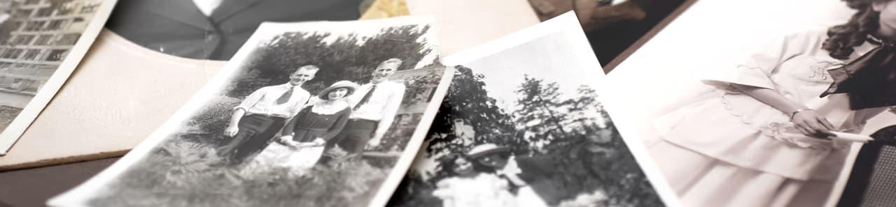 Ein Stapel mit alten Fotos und Erinnerungen