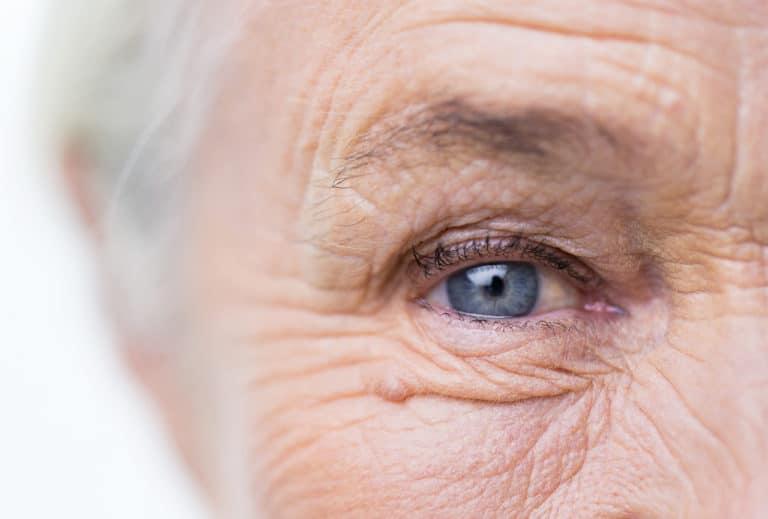 Eine Nahaufnahme eines Auges einer alten Frau