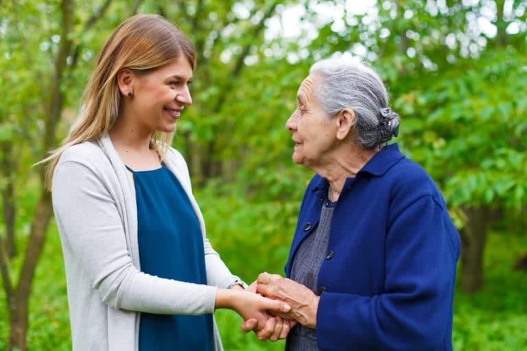 Eine alte und eine junge Frau sprechen miteinander